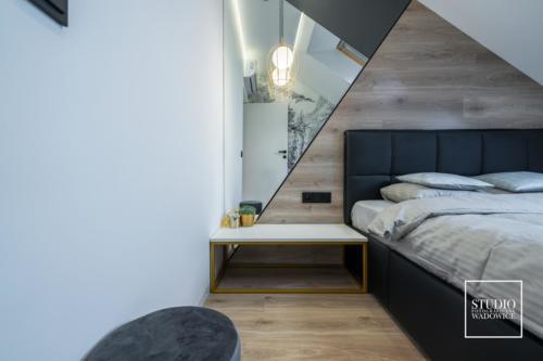 apartament-golden-stolik-przy-lozku