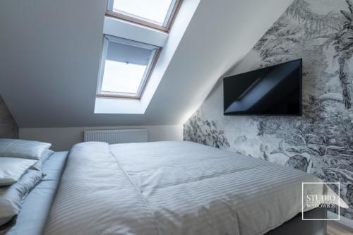 apartament-golden-sypialnia-telewizor