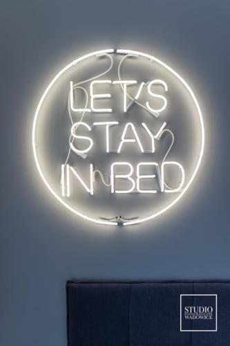 apartament-neon-w-sypialni