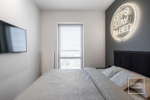 apartament-neon-widok-na-sypialnie-od-drzwi