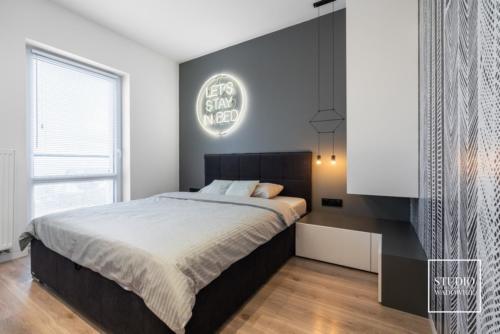 apartament-neon-widok-na-sypialnie